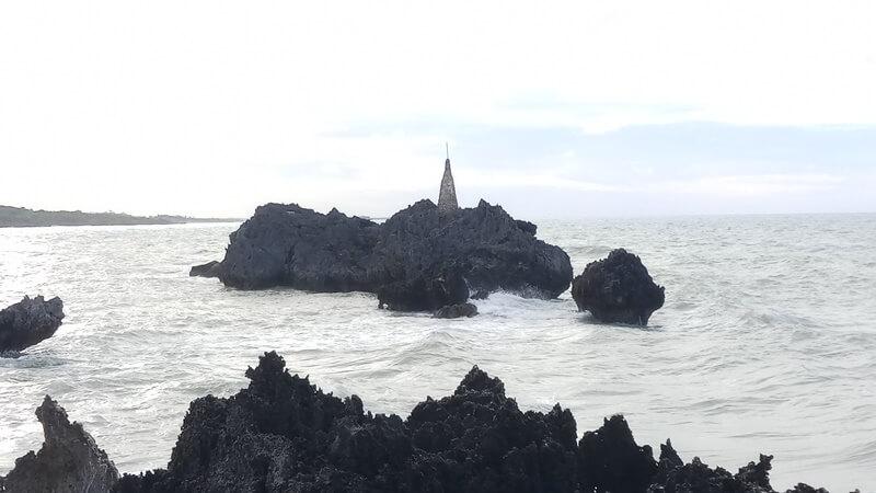 tugu di tengah pantai
