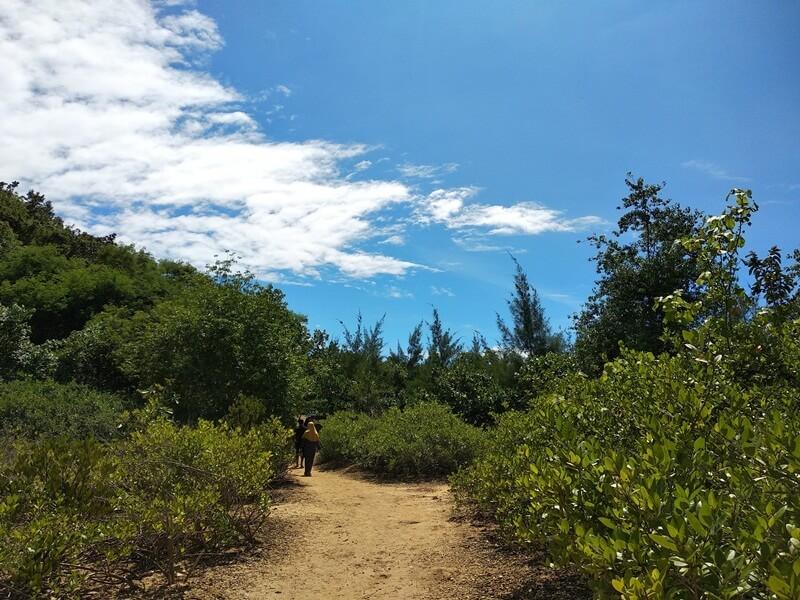 trekking menuju pantai tiga warna