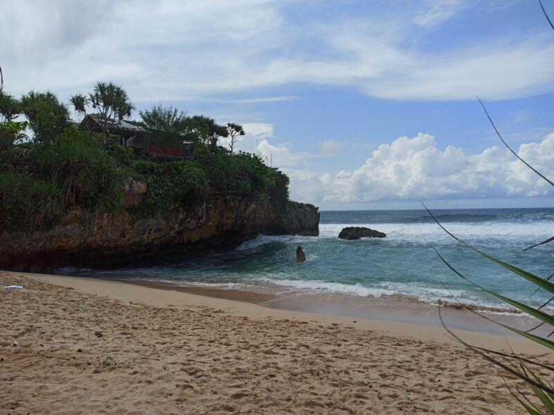 batu karang yang menjadi ikon pantai ini