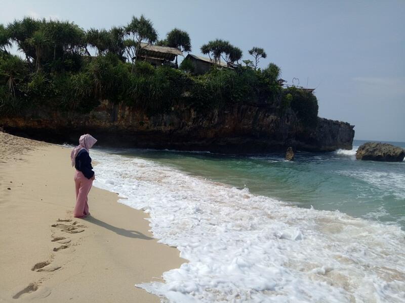 menikmati pantai watu kodok
