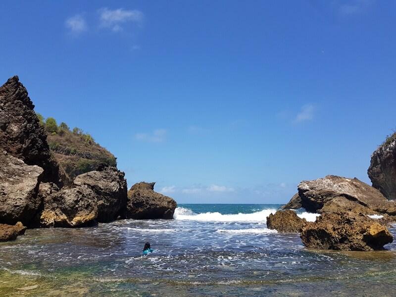 bermain air di pantai wohkudu