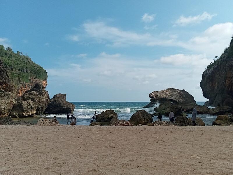 hiasan batu karang di pantai wohkudu