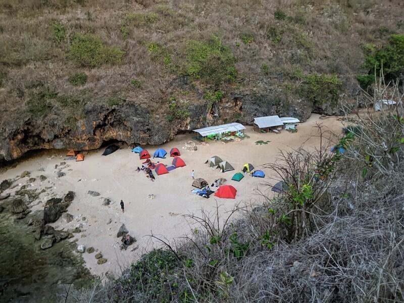 terdapat lapangan yang luas untuk camping