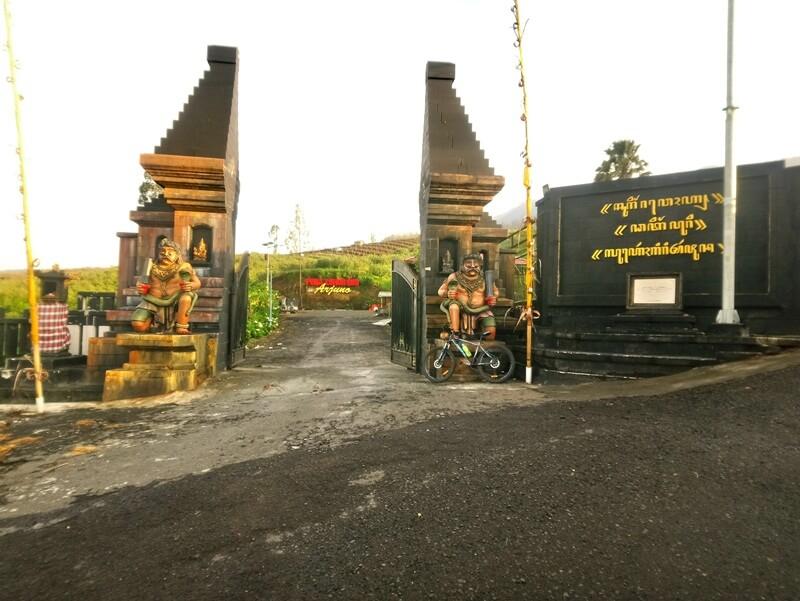 gerbang masuk pura luhur giri arjuno