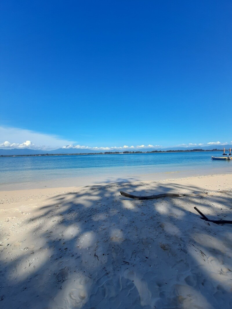 hamparan pasir putih dipadu birunya laut
