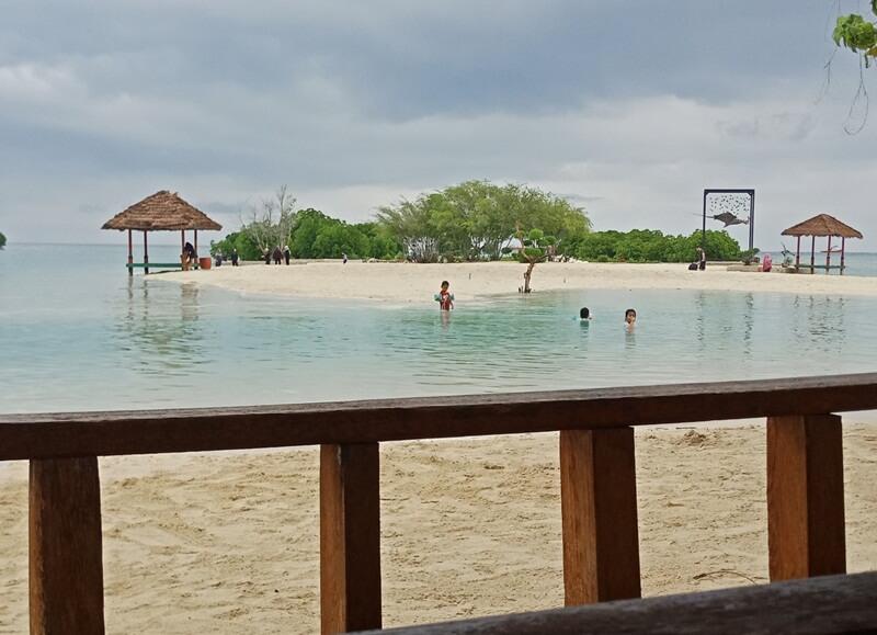bermain air di pantai perawan