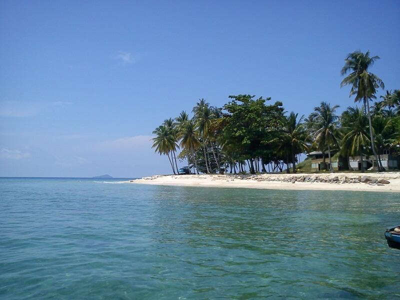 hiasan pasir putih di pulau randayan