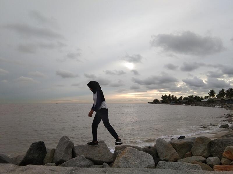 menikmati pantai di pulau rupat