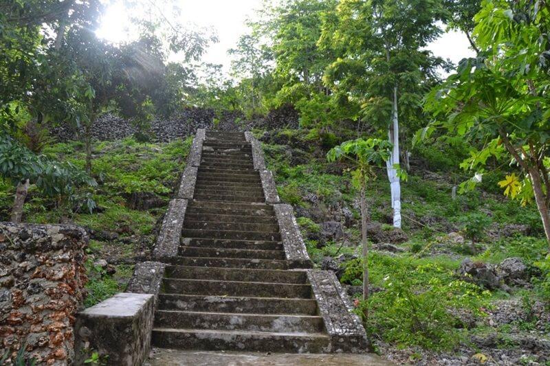trekking menuju benteng patua