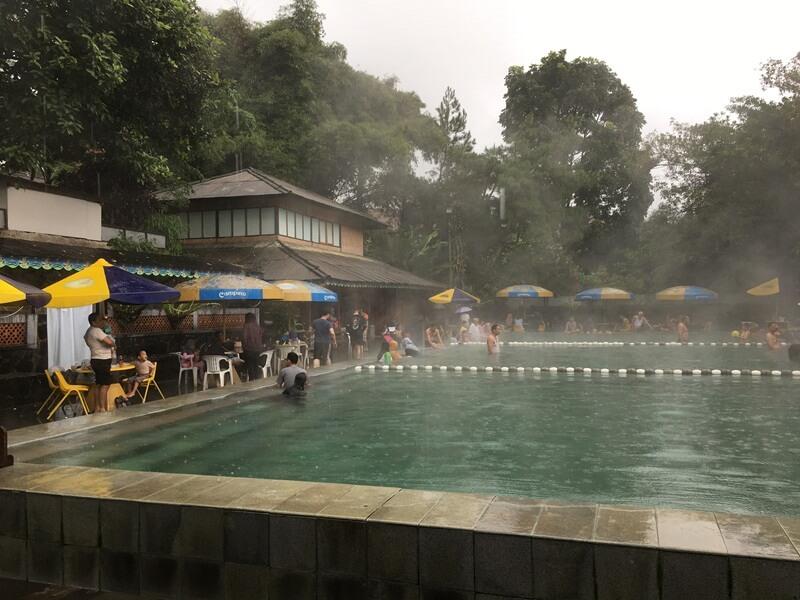 kolam pemandian air panas alami
