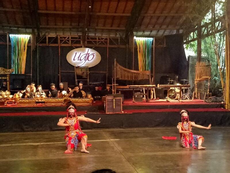 pertunjukan seni tradisional