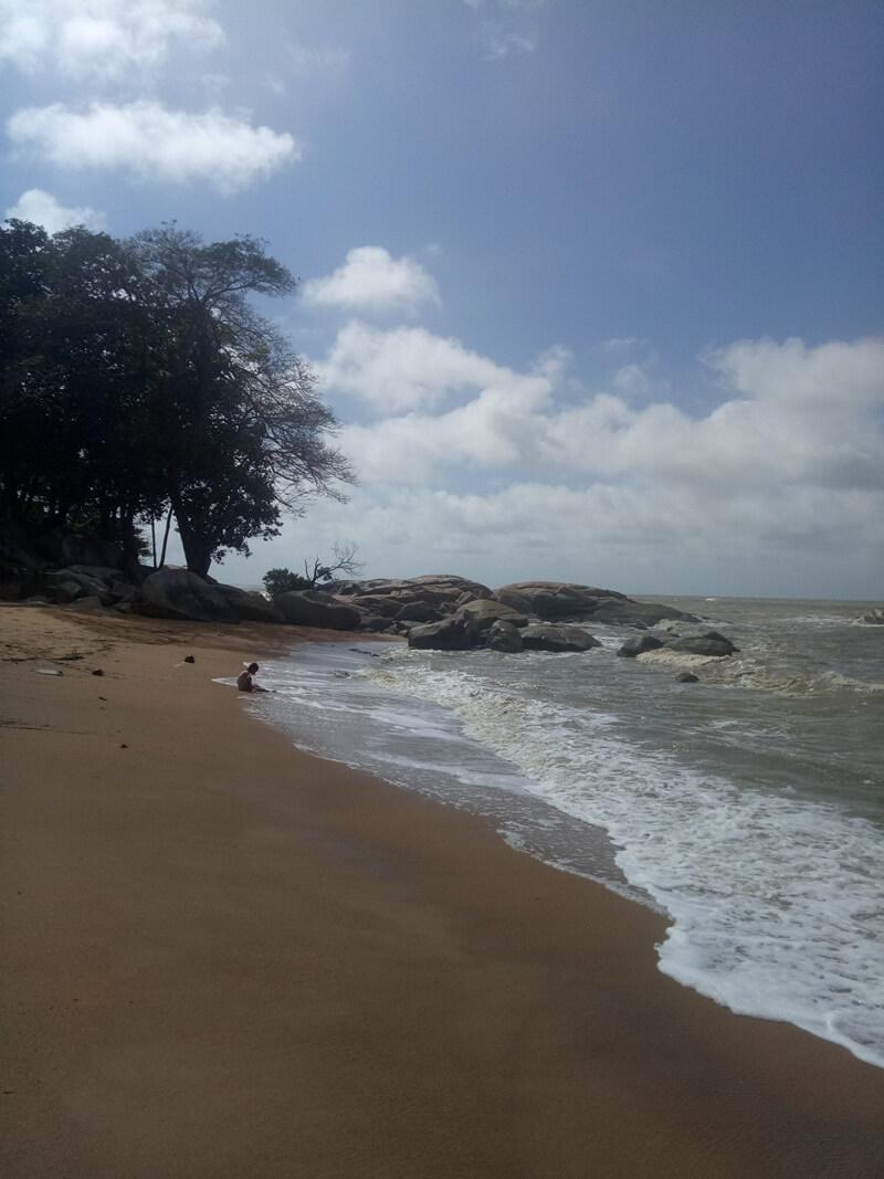 bermain air di pantai bajau