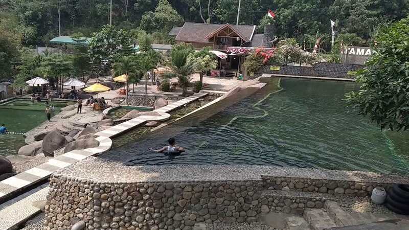 kolam pemandian taman batu