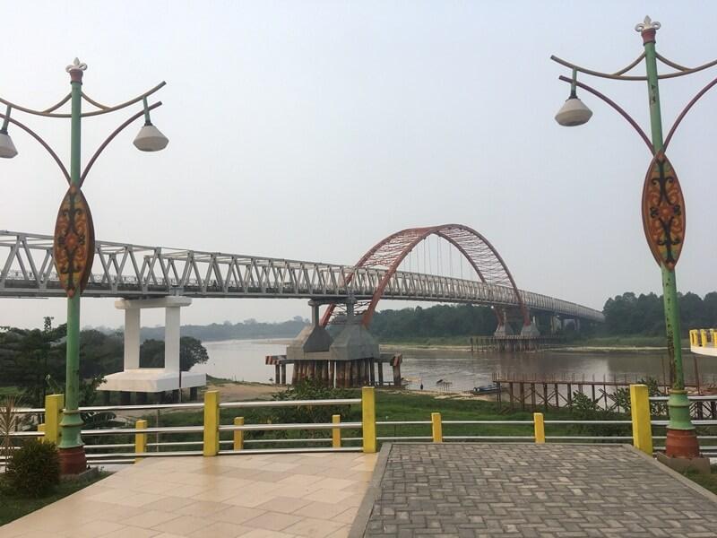 lokasinya berada di bawah jembatan kahayan