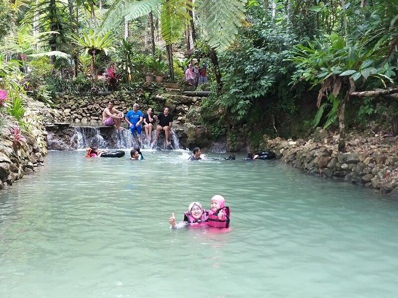 kolam pemandian yang dihiasi taman indah