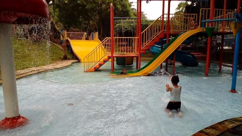 bermain air di kolam renangnya