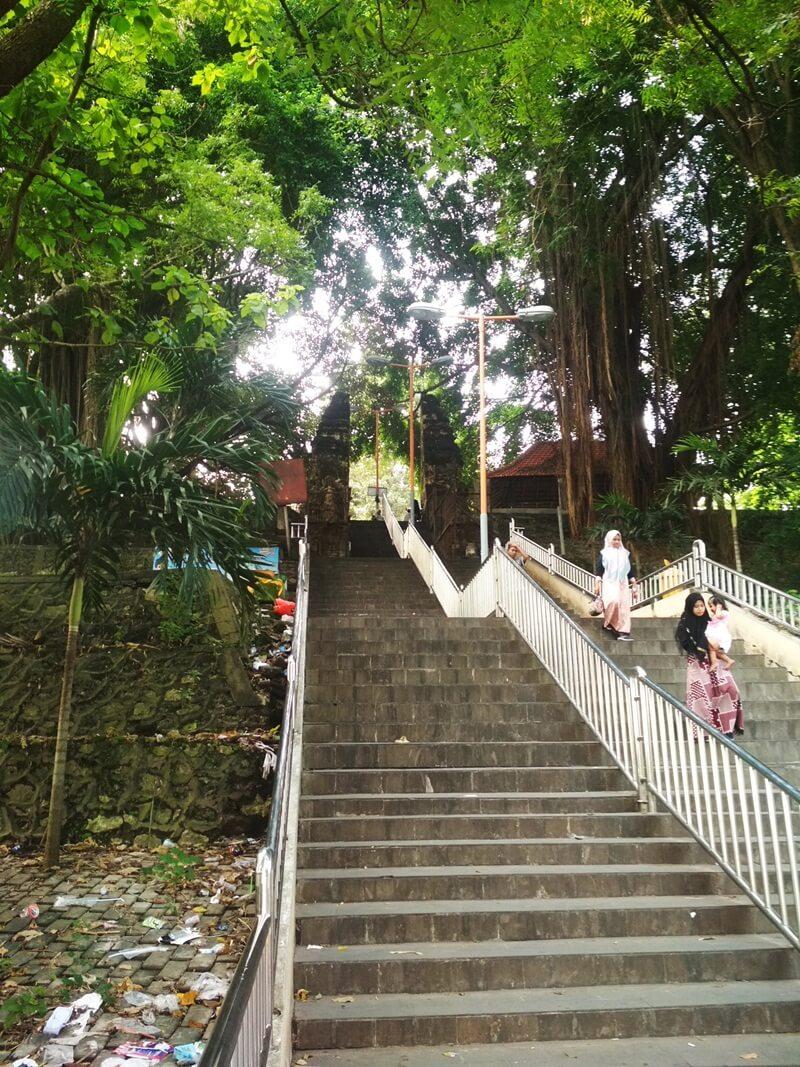 menaiki anak tangga terlebih dahulu