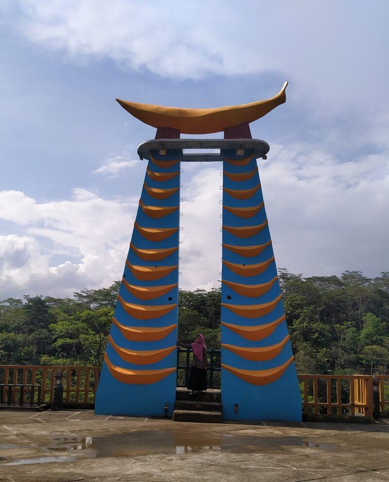 berfoto bersama menara pisang