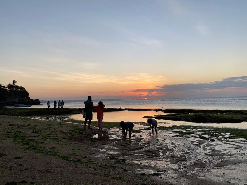 menikmati senja di ketapang beach