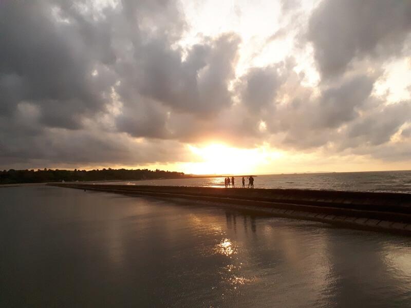 senja di pantai lasiana