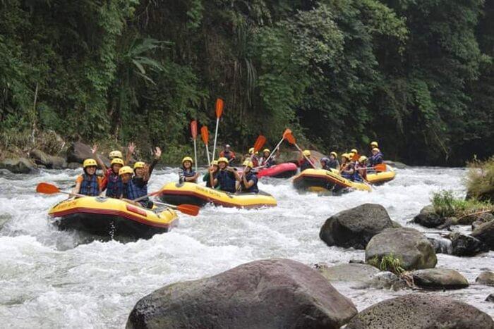 rafting di sungai comal