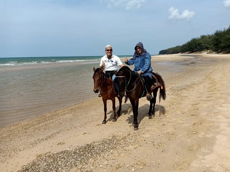 berkuda di pantai slopeng