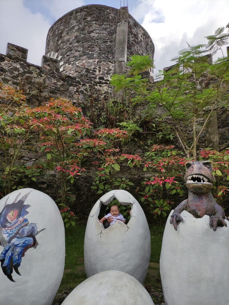 berfoto bersama telur dinosaurus