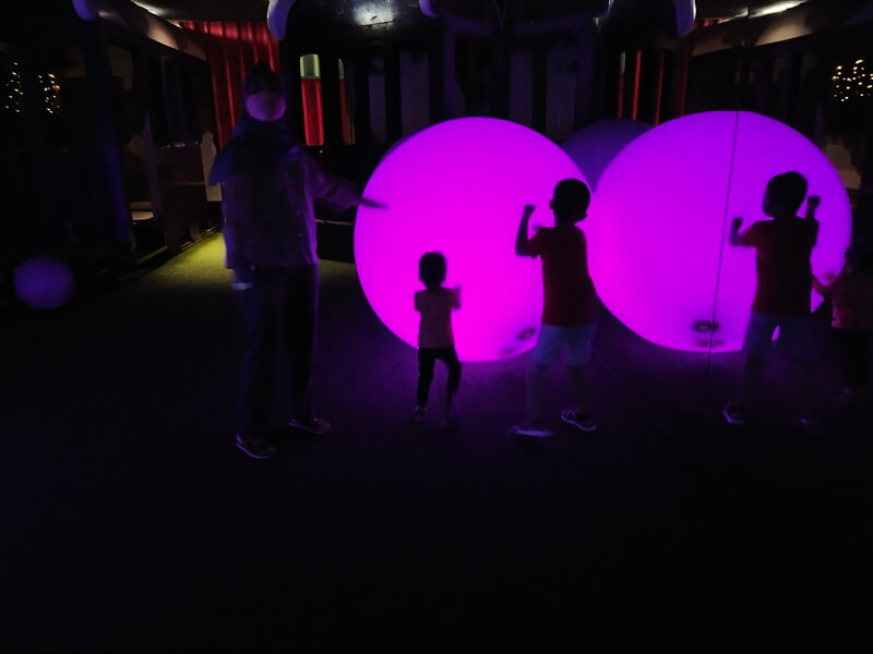 bermain bola lampu