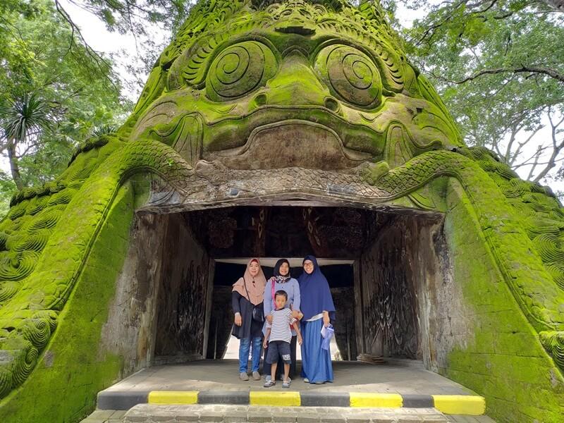 bangunan khas di taman wisata wendit